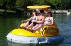 Go on the electric boat in the Aux Etangs du Bos leisure park, for young and old