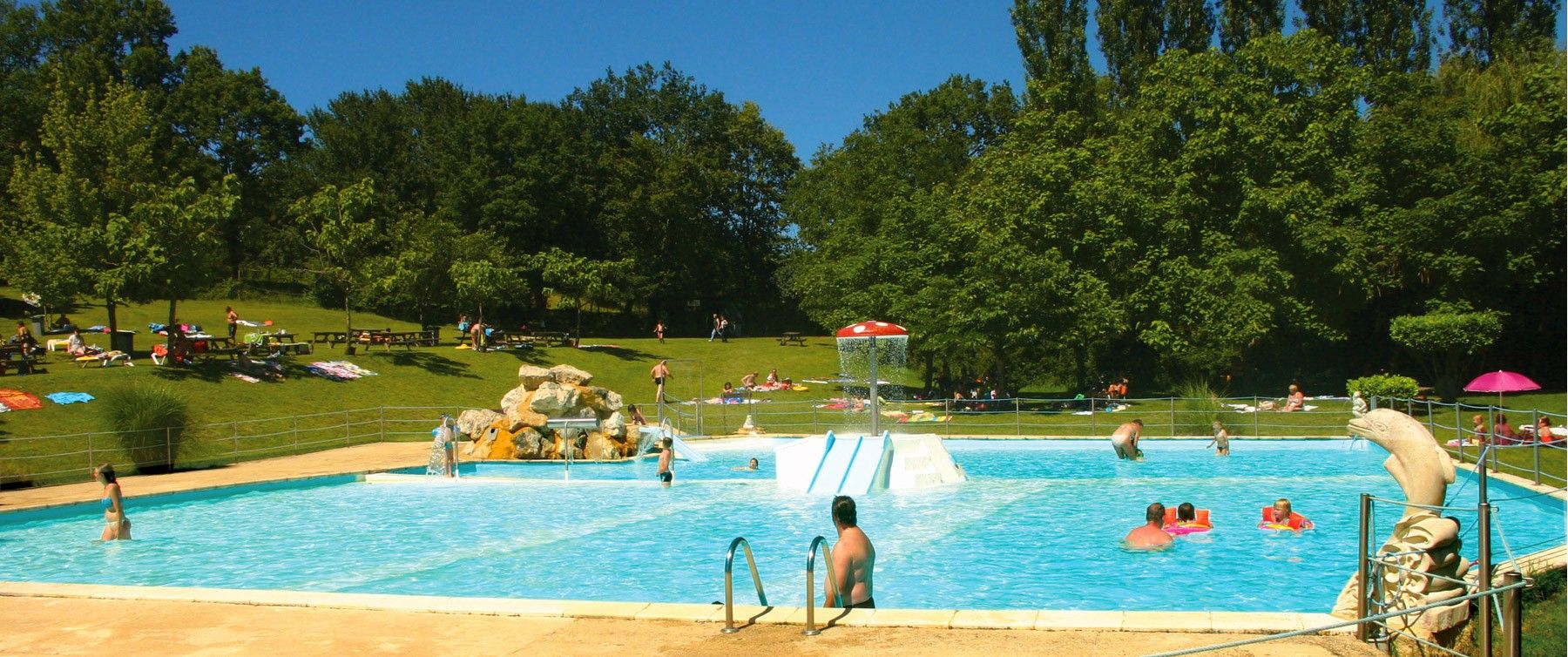 A big paddling pool for childs and adults in Dordogne.