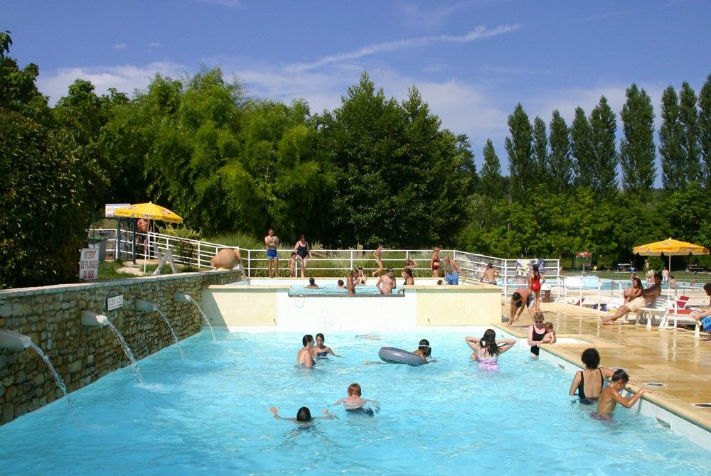 Spillway heated swimming pool with small and large bathing area out in the country in Périgord Noir, close to Le Bugue