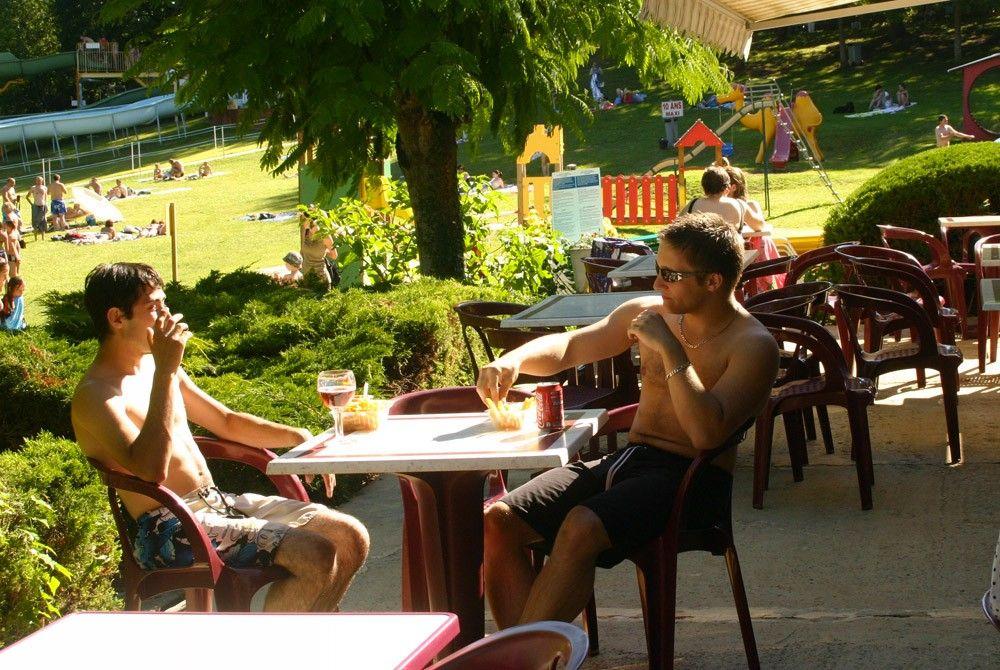 Terrasse ouverte du snack des Etangs du Bos en Dordogne pour profiter du soleil