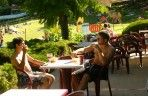 Les Etangs du Bos snack bar's open terrace in Dordogne to enjoy the sun
