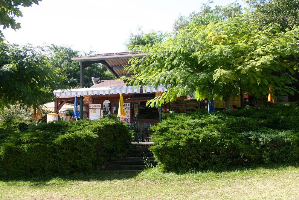 Eat-in or takeaway snack in the Les Etangs du Bos leisure park in Périgord Noir