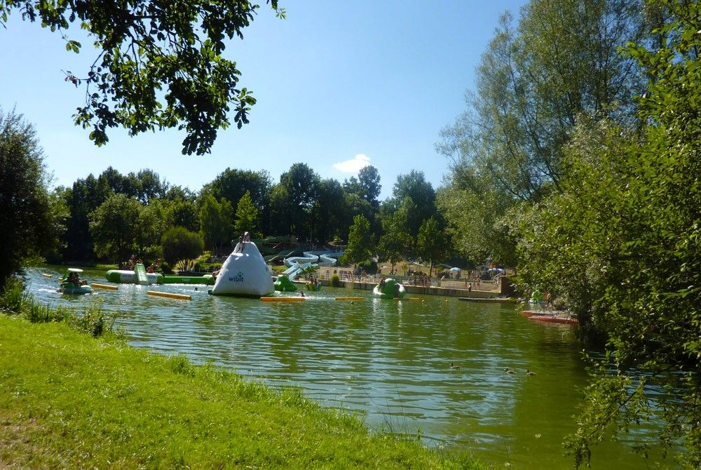 Bathe, but also climb onto the water park inflatables, in the Dordogne, not far from Lascaux Caves